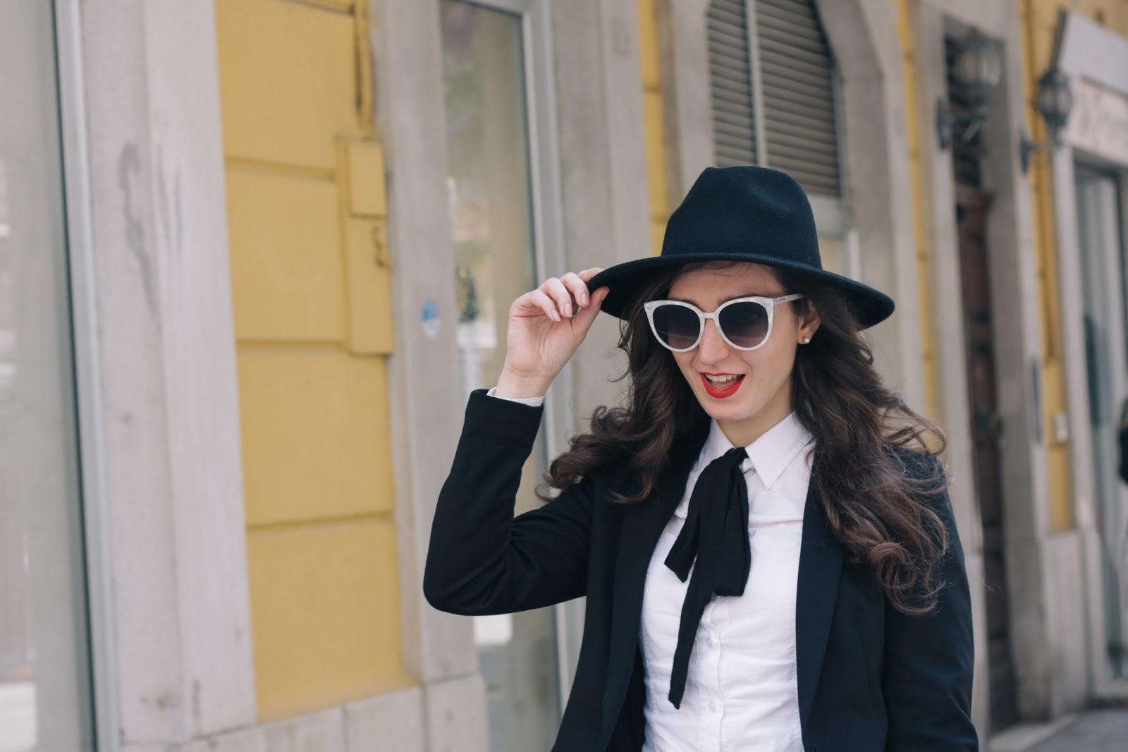 Idea LOOK easy da GIORNO: cappello, giacca e maxi bag
