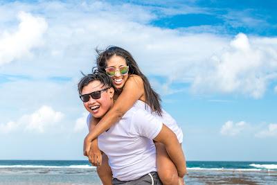 15 Perlengkapan Wisata Pantai Yang Wajib Kamu Bawa - Membawa Pasangan di Pantai