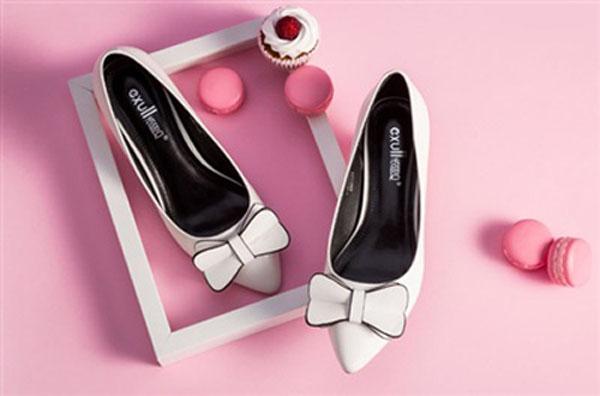 Những đôi giày đơn giản những lịch sự, kích cỡ phù hợp sẽ mang lại sự tự tin cho người sử dụng