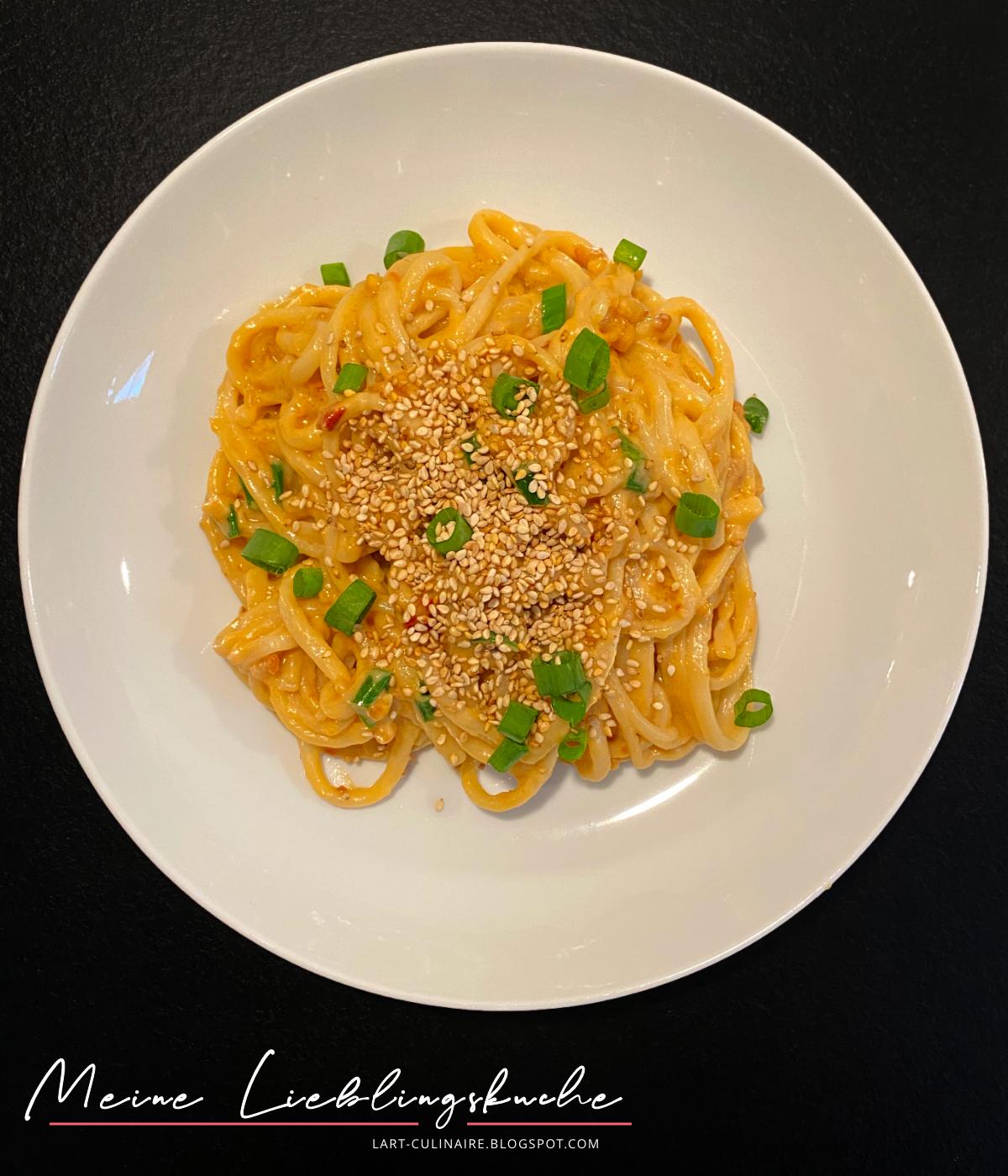 Yaki-Udon mit Erdnuss-Sauce und Sesam-Topping