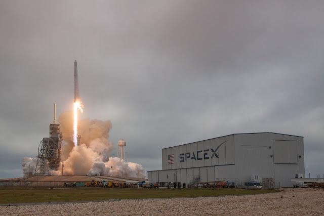 Tên lửa Falcon 9 được phóng lên từ bãi phóng lịch sử của NASA. Hình ảnh: SpaceX.
