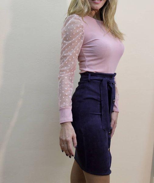 Μπλούζα βαμβακερή ροζ με μανίκι από τούλι & σουέτ midi φούστα με ζωνάκι σε μπλε σκούρο χρώμα.