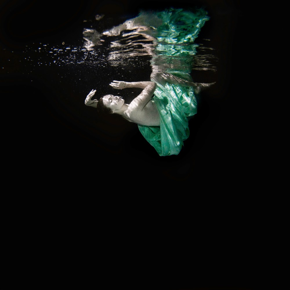 23-Cradle-Under-Water-Jenna-Martin-Surreal-Photographs-with-Underwater-Shots-www-designstack-co