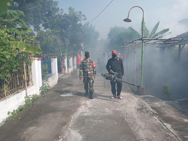 Antisipasi Demam Berdarah Babinsa Koramil Cawas Lakukan Fogging