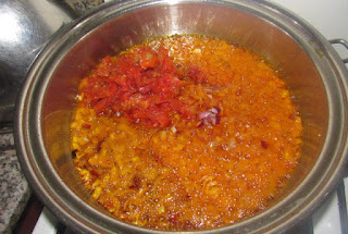 COOKING SAUCE IN HOT OIL