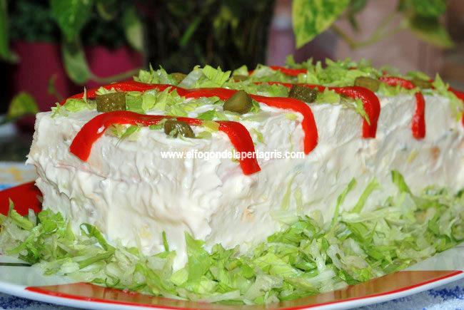Pastel de verano con pan de molde y ensalada de pollo