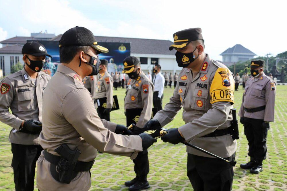 Kapolda Jateng Sematkan Pin Emas Kapolri Pada Dirnarkoba Polda Jateng dan Beri Penghargaan Pada 97 Anggota Polda Jateng