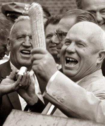 Chruščёv osserva una pannocchia di mais durante il suo viaggio negli Stati Uniti.