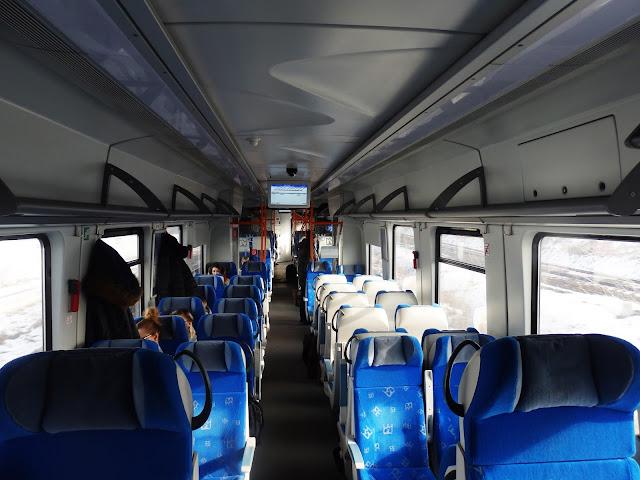 Wnętrze pociągu Regio relacji Kraków-Ostrowiec Świętokrzyski