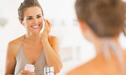 Mujer madura aplicando crema antiarrugas