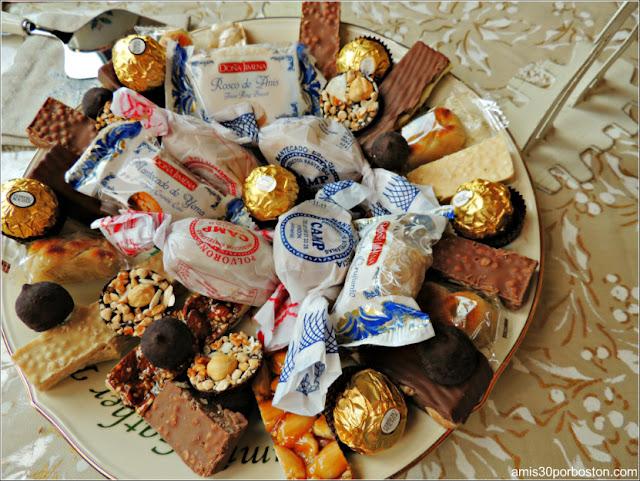 Bandeja con Turrones, Mantecados, Polvorones y Otros Dulces de Navidad