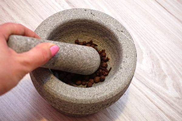 przygotowanie przypraw do pierników tradycyjnych na choinkę