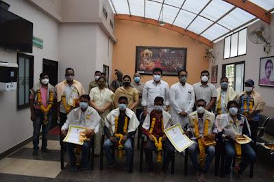 महाराष्ट्र दीनानिमित्य कोरोना योध्यांचे कौतुक
