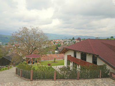 Blick aus dem Hotelzimmer Richtung Nord. Im Vordergrund, der Hof und die Kutschenscheune, im MIttel das Dort Wiechs, hinten der wolkenüberhangene Schwarzwald.