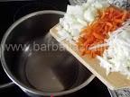 Supa de ciuperci cu smantana preparare reteta - punem la calit ceapa, morcovul si telina tocate