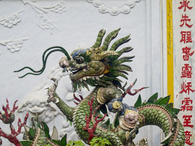 Dragón de porcelana en Hoi An, por El Guisante Verde Project