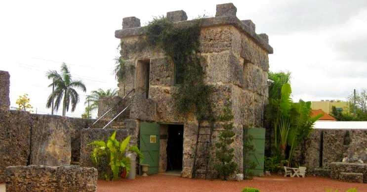 Coral kalesi tek bir kişi tarafından yapılan oldukça ufak bir yerdir.
