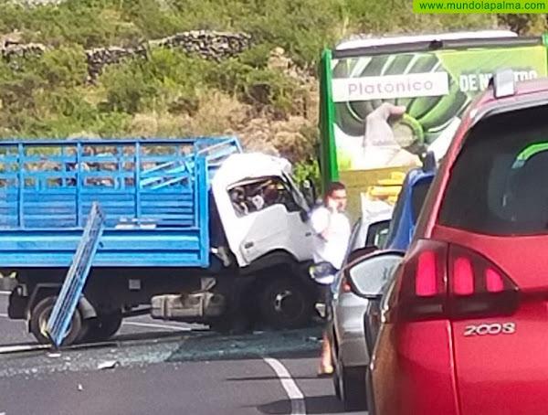 Un fallecido en un aparatoso accidente entre una guagua y un camión en El Paso