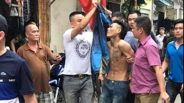 Lực lượng cảnh sát hình sự khống chế Thào Văn Trường đưa về Công an quận Hoàng Mai xử lý theo qui định.