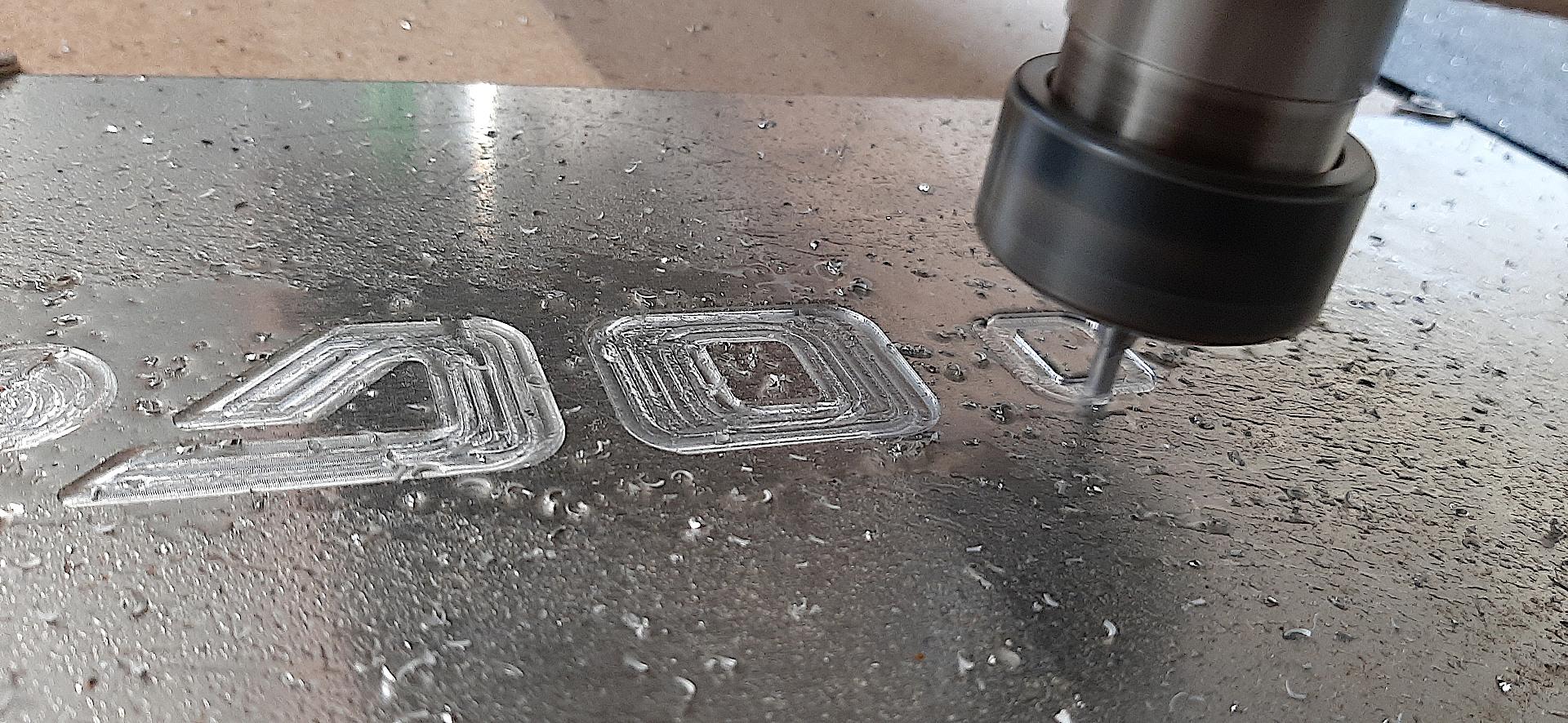 Frezowanie w aluminium napisów