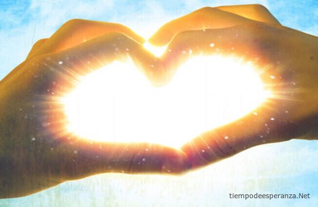Amor verdadero - haciendo un corazón con la mano