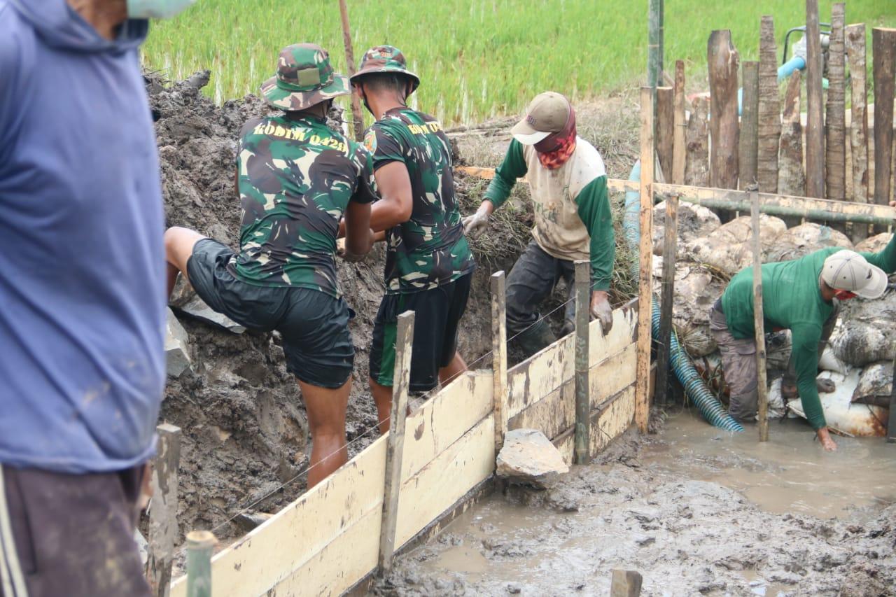 Kodim 0429Lampung Timur Bersama Warga Kompak Bangun Gorong-gorong Di Desa Sukorahayu