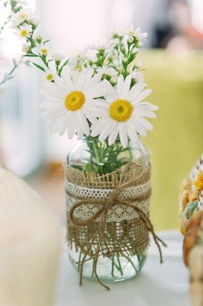Toples bekas ini jadi vas bunga dengan nuansa rustic yang kalem dan cantik.
