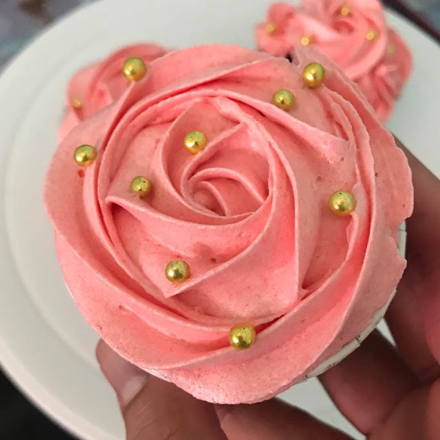 giant rose cake, how to make icing roses easy, rose cake tip size, how to make buttercream roses, step by step, rose icing recipe, rosette cake tip, rosette cake images, rose flavored cake, Cara buat swirled rose butter cream,