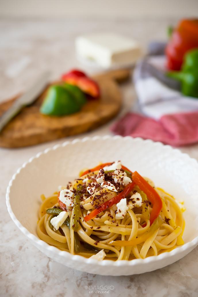 Linguine con peperoni, feta e polvere di olive