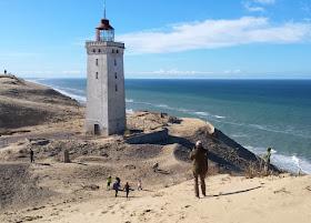 Eine Welt aus Sand: Der Leuchtturm von Rubjerg Knude. Er steht nah am Abgrund und ein Absturz droht schon bald.