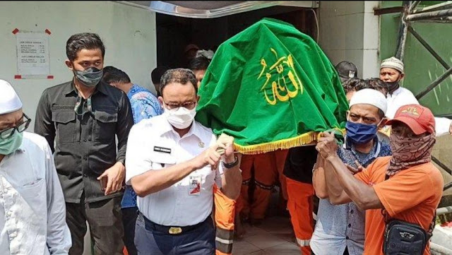 Anies Baswedan Ikut Angkat Keranda Jenazah Petugas PPSU Korban Tabrak Lari di Kelapa Gading