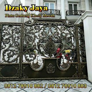 Pemasangan pintu gerbang besi tempa klasik mewah di Surabaya
