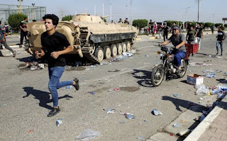 Pendemo di Irak Selatan Bakar Rumah Milik Tokoh Pro Syiah