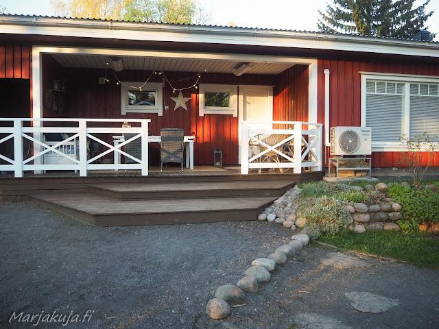 terassi katettu sisustus polyrottinki boheemi skandinaavinen kesä ruokailutila ruokapöytä ruokailuryhmä valkoinen puu pöytä maalattu talo punavalkoinen koti