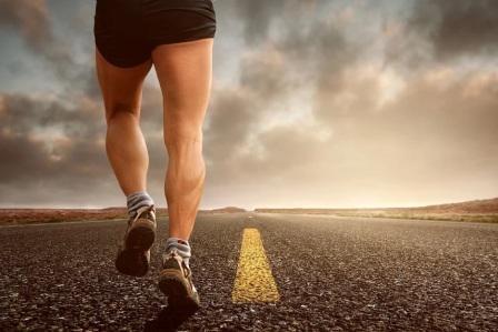 Manfaat olahraga jalan kaki, selain dapat membantu menurunkan berat badan serta membakar kalori, ternyata dapat pula melindungi tubuh dari penyakit serius.