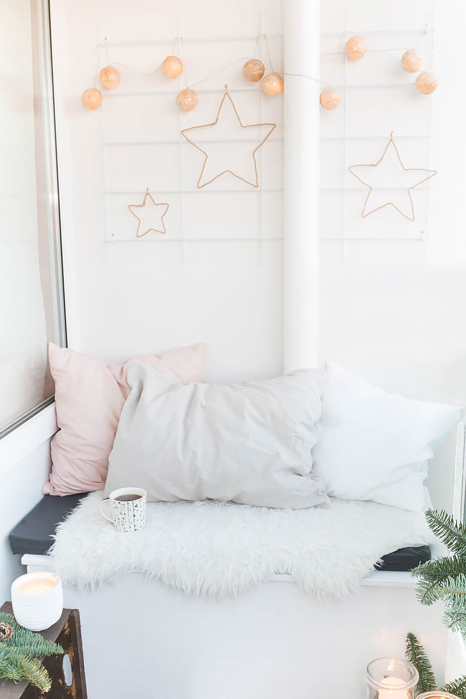 Sterne aus Draht und Juteschnur basteln - perfekt als rustikale Weihnachtsdeko für den Balkon