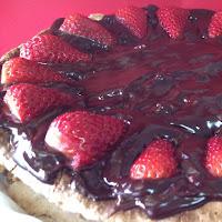 Merengue de avelãs com cobertura de chocolate e morangos