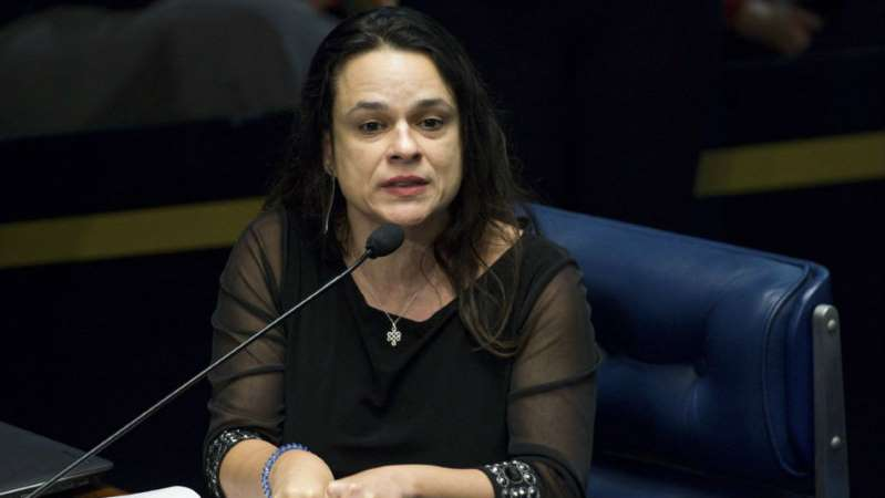 Janaina Paschoal discute com Zambelli e chama Bolsonaros de malucos