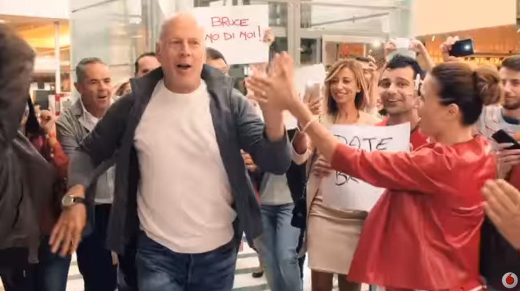 Bruce Willis passa a Vodafone 4G (finalmente) nella pubblicità nuova