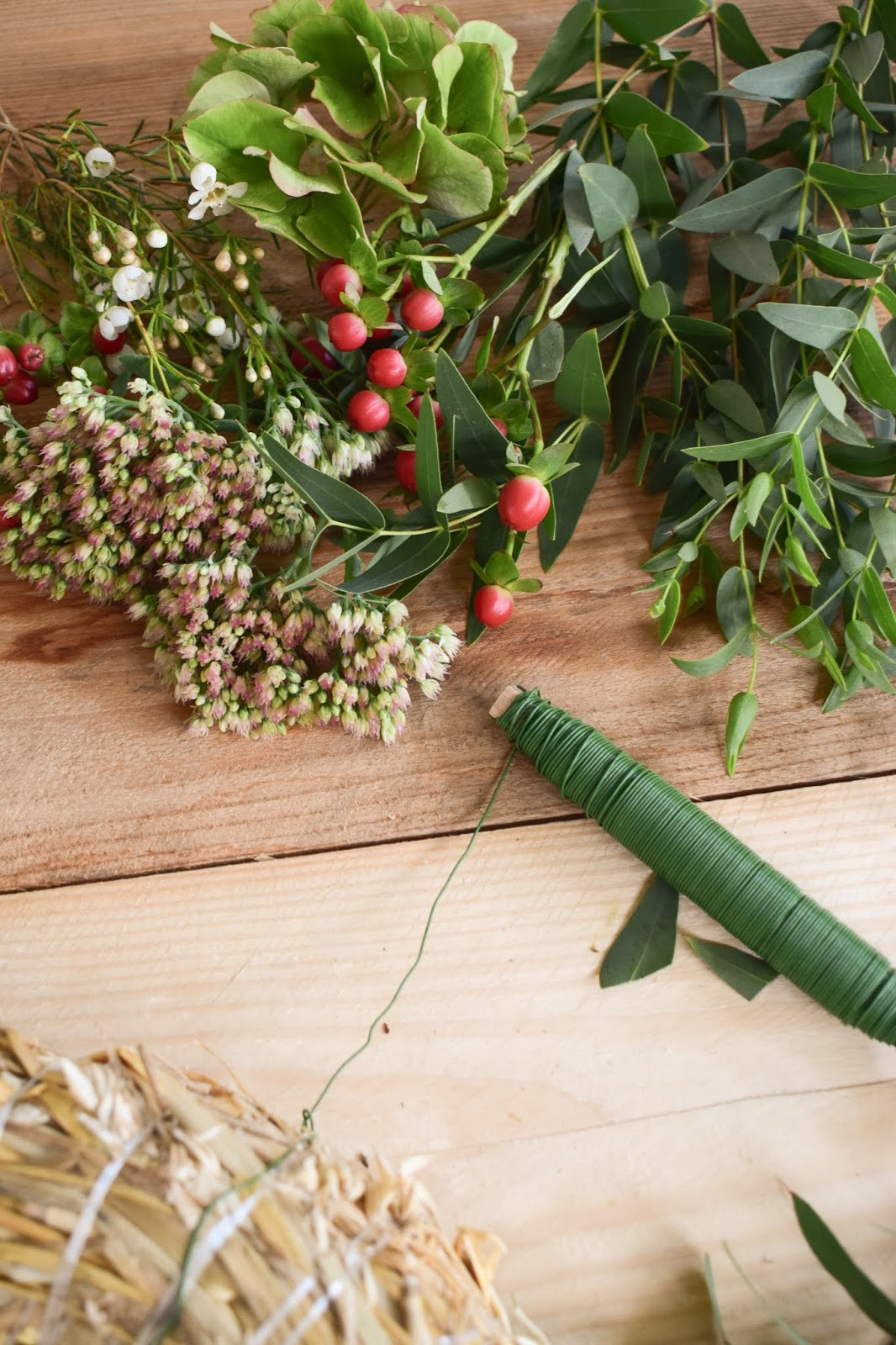Hortensienkranz mit fetter Henne, Johanniskraut, Wachsblumen, Eukalyptus. Anleitung zum selber binden machen. Dekoidee Herbst Kranz binden für Anfaenger Workshop herbstlich dekorieren kränze DIY