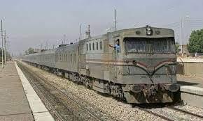 """لأول مرة.. """"قطار مميز"""" ينسى التوقف ويترك الركاب على محطة العسيرات بسوهاج"""