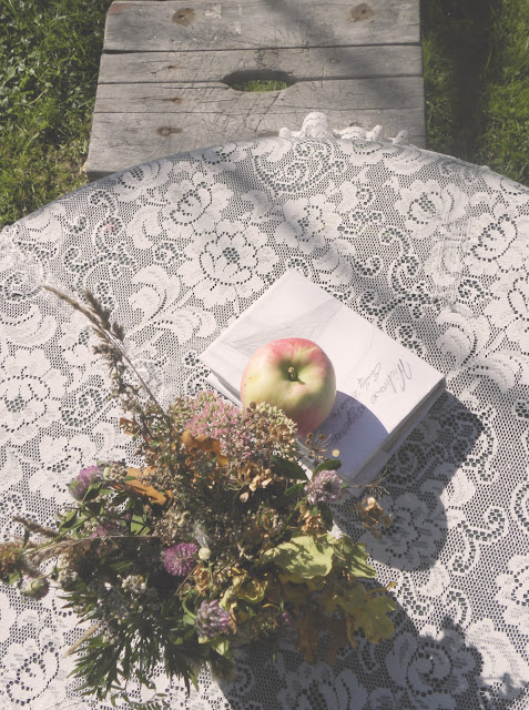 Stół w letnim ogrodzie