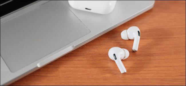 AIrPods Pro بجانب لوحة اللمس MacBook.