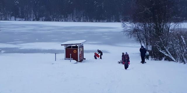 paluumuutto, pulkkamaki, lunta, Tampere, liukumaki, pulkka. laskijat, vihreat kengat