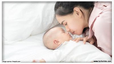 6 cara mengatasi sembelit pada bayi