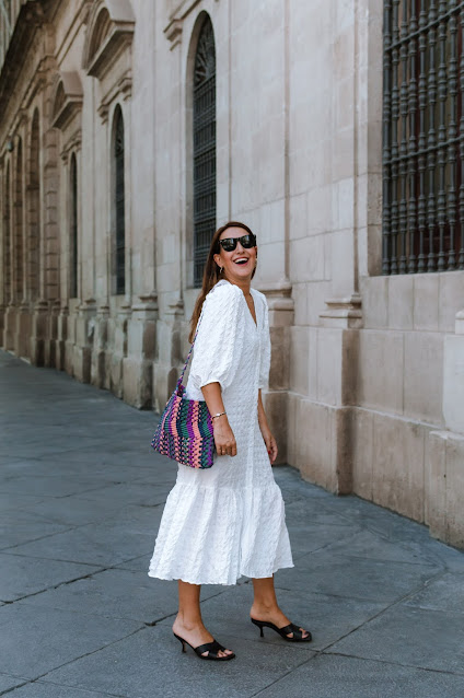 Fashion South con vestido blanco y volumen Zara