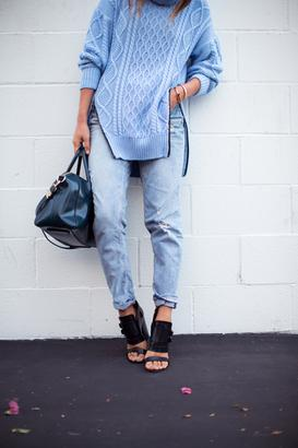 Τα πουλόβερ και οι oversized ζακέτες μας ταιριάζουν άψογα με τα ντένιμ  κομμάτια της γκαρνταρόμπας. Δείτε τους συνδυασμούς των fashionistas. 4f3835c3c8b