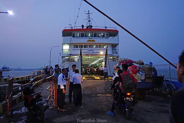 Calon penumpang mulai naik ke atas kapal