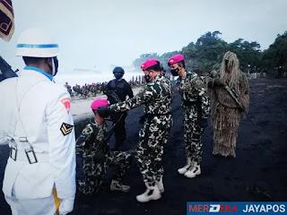 Kasal  Sematkan Baret Marinir  Kepada Dikmata Marinir Angkatan XL/I