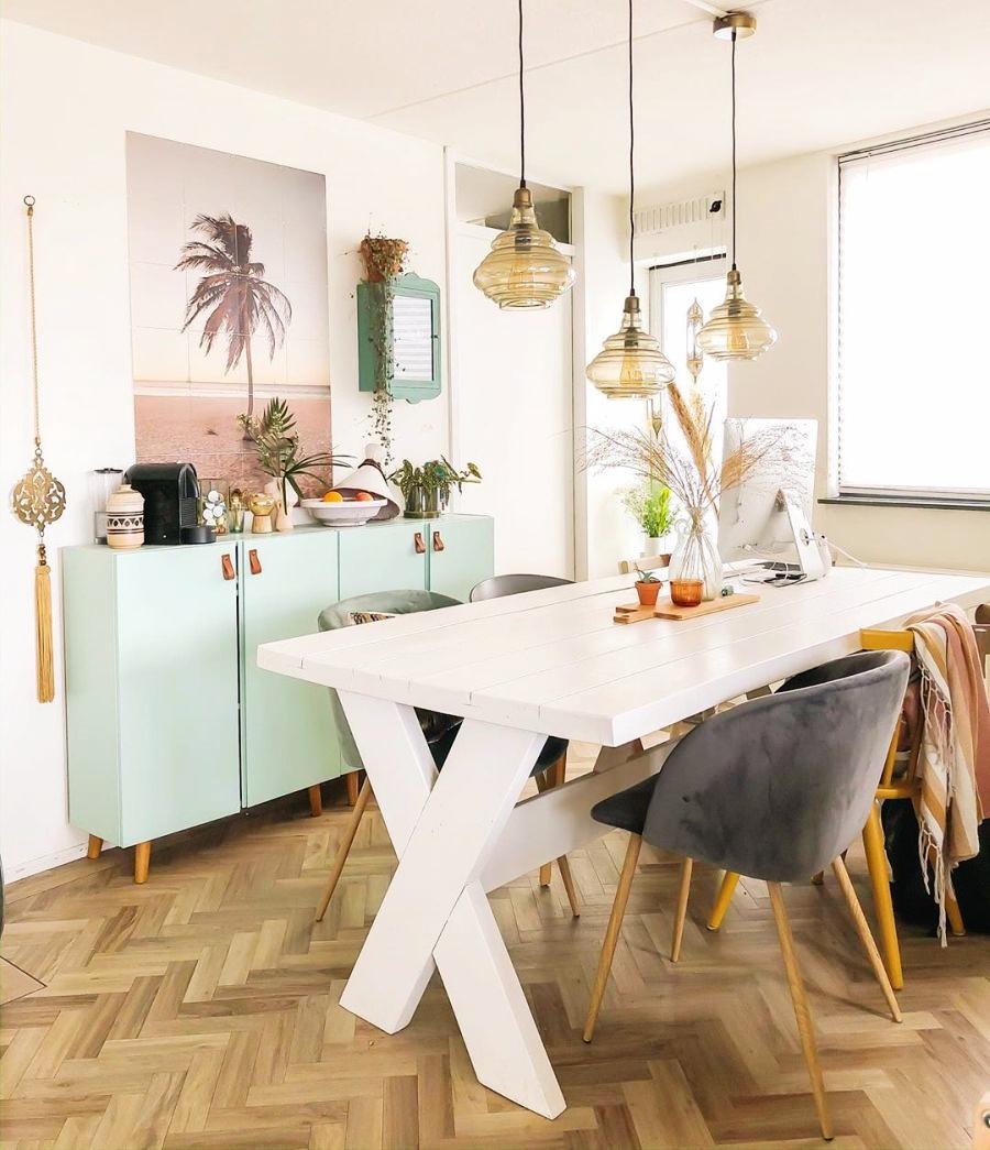 Skandynawski apartament z arabskimi akcentami, wystrój wnętrz, wnętrza, urządzanie domu, dekoracje wnętrz, aranżacja wnętrz, inspiracje wnętrz,interior design , dom i wnętrze, aranżacja mieszkania, modne wnętrza, styl skandynawski, scandinavian style, salon, living room, pokój dzienny, jadalnia, stół, krzesła